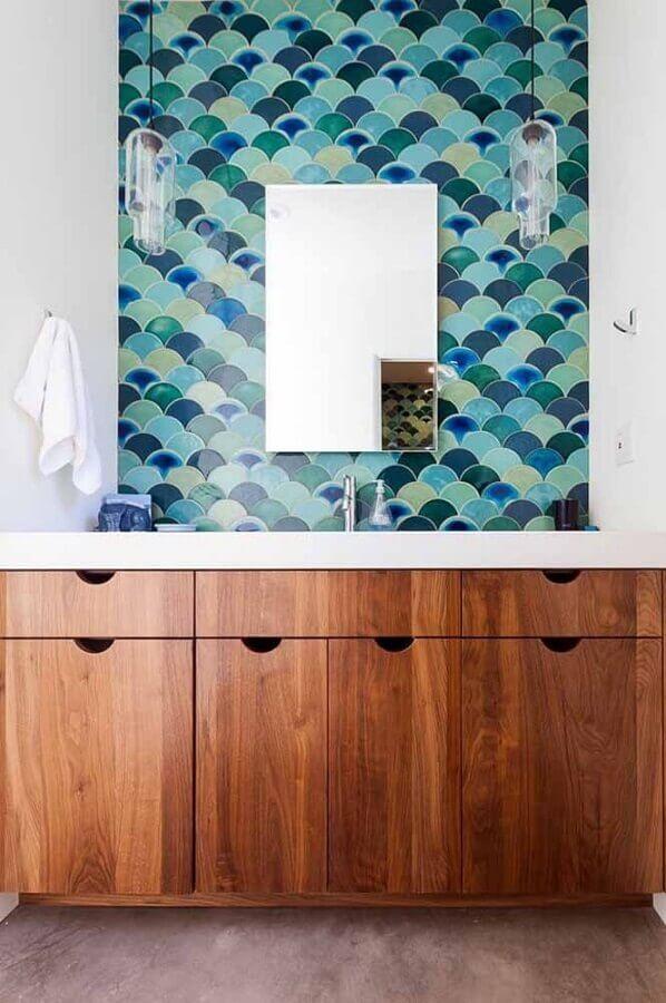 decoração com quadro verde água sobre buffet de madeira Foto My Karma Stream