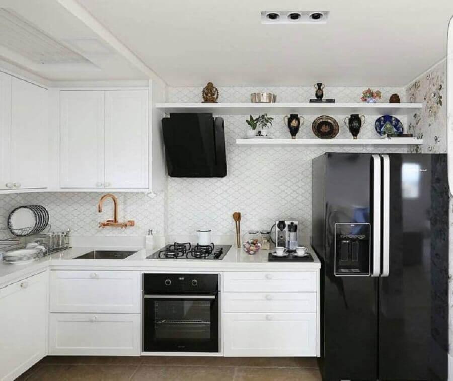 decoração com revestimento diferente para cozinha preta e branca com torneira dourada Foto Antônio Armando de Araújo