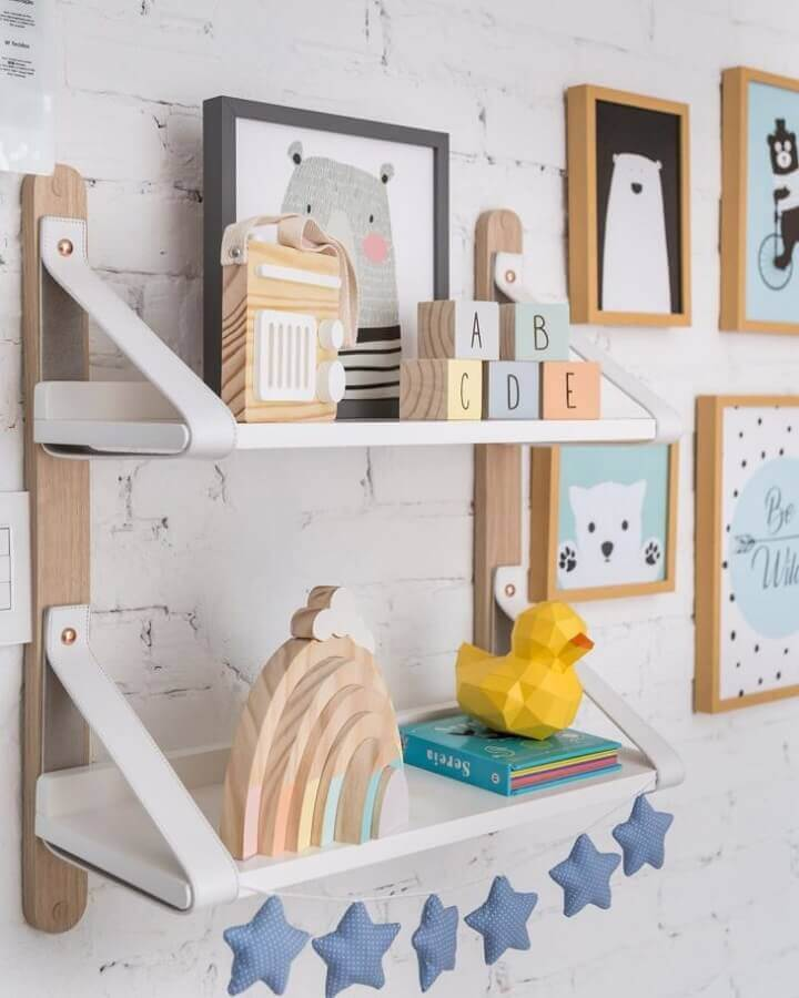 decoração com vários quadrinhos e prateleira para quarto de bebê Foto Pinosy