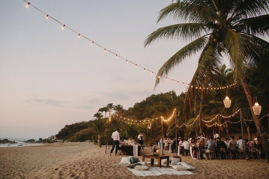 decoração com varal de luz para festa de casamento ao ar livre Foto Taryn Baxter
