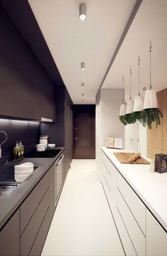 decoração com vasinhos de plantas suspenso para cozinha compacta preto e branca Foto Behance