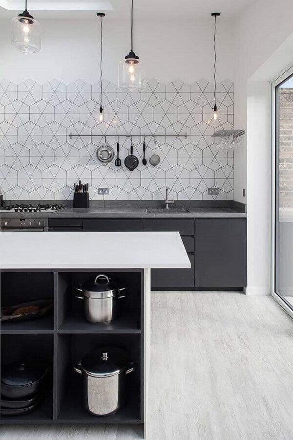 decoração cozinha planejada preta e branca moderna com luminárias minimalistas Foto Golbis