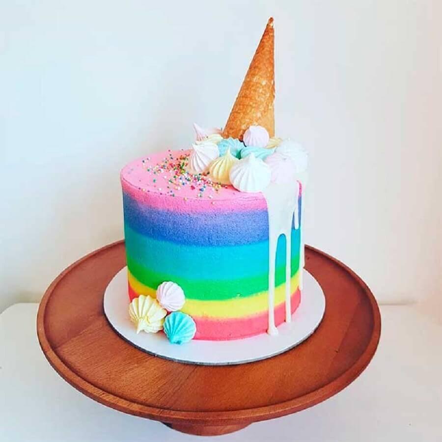 decoração de bolo arco íris  com casquinha de sorvete e suspiro  Foto Testa pra Mim