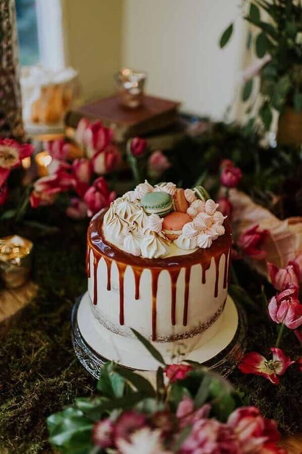 decoração de bolo com caldão de chocolate e suspiros com macarons no topo  Foto 100 Layer Cake