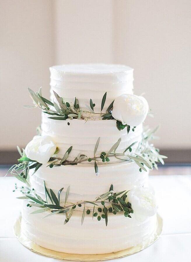 decoração de bolo de casamento 3 andares com rosas brancas e folhagens delicadas  Foto Pinterest