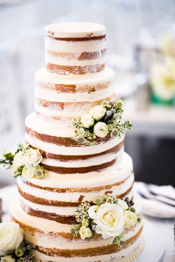 decoração de bolo de casamento 5 andares com rosas brancas  Foto Inside Weddings