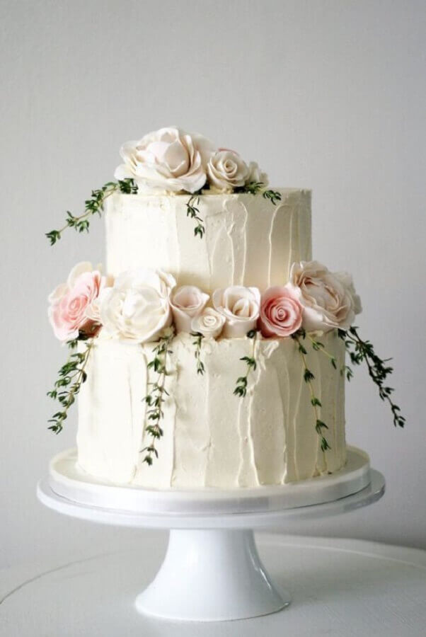 decoração de bolo de casamento com rosas e ramos Foto Pinosy