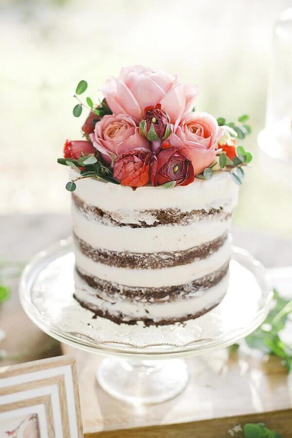 decoração de bolo de casamento simples com arranjo de flores no topo Foto ENoivado