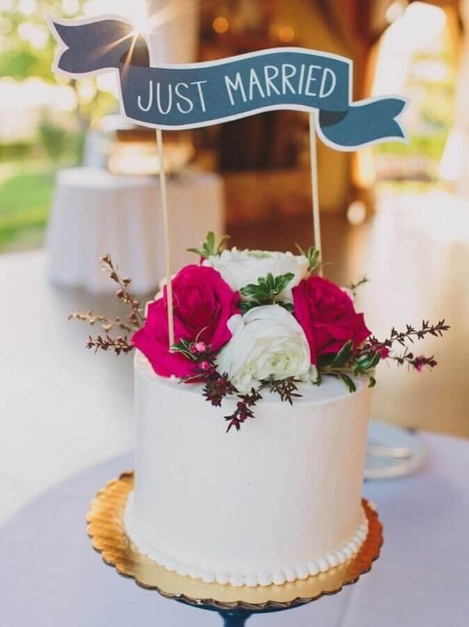 decoração de bolo de casamento simples com rosas no topo  Foto Bodas y Weddings