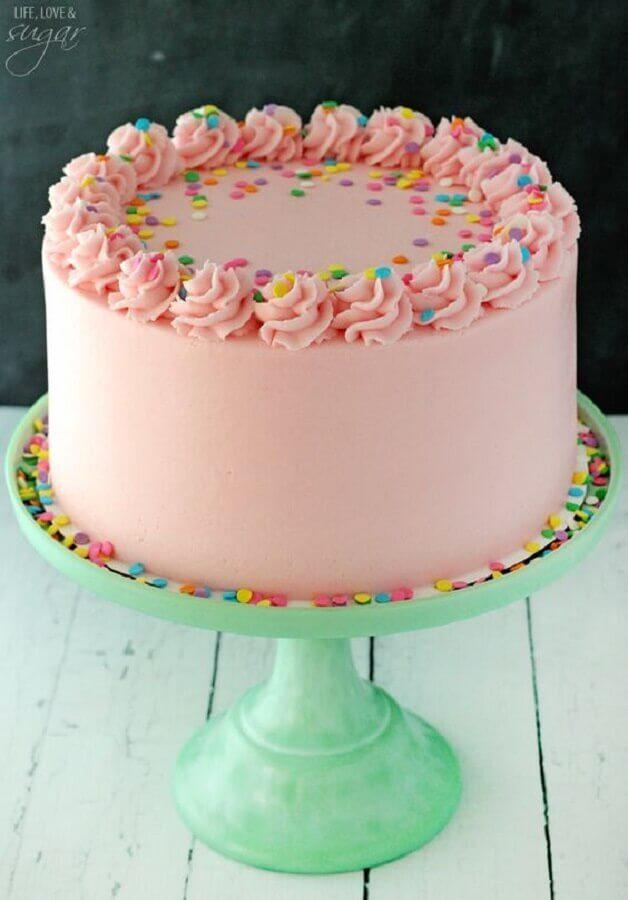 decoração de bolo simples cor de rosa com granulado colorido e chantilly no topo  Foto Life Love & Sugar