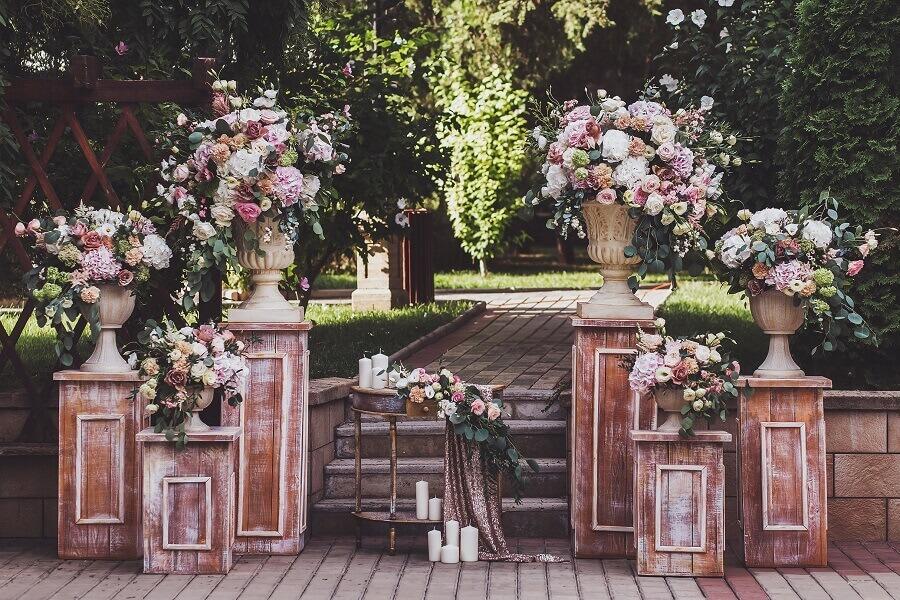 decoração de casamento ao ar livre com móveis rústicos e arranjos de flores Foto Foto Wedding Dream