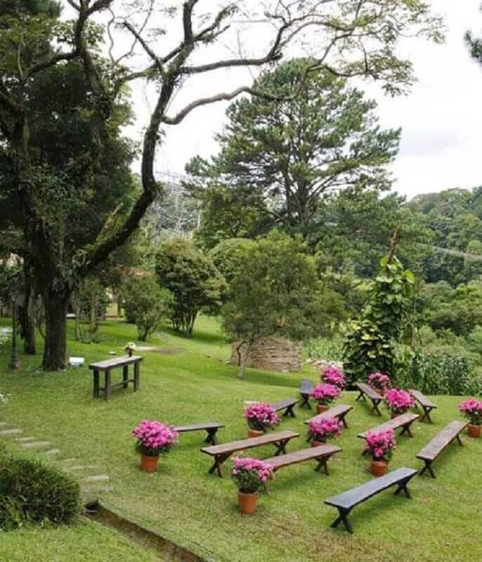 decoração de casamento ao ar livre simples com vasos de flores rosa Foto Pinosy