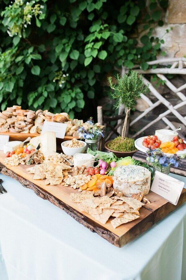 decoração de festa de aniversário com mesa de frios Foto Style Me Pretty