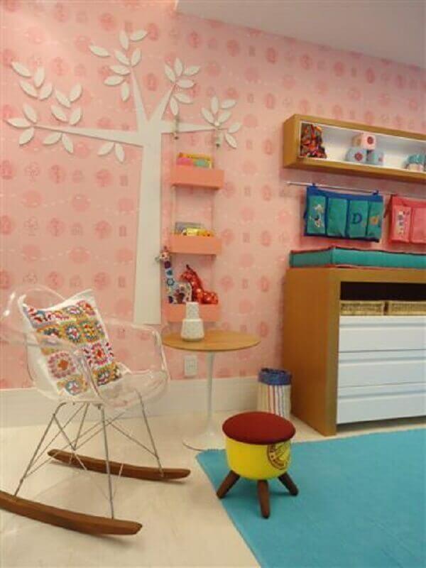 decoração de quarto infantil com cadeira de balanço de acrílico Foto Fernanda Amorim