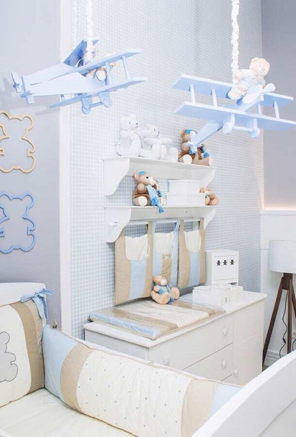 decoração delicada para quarto de bebê azul com ursinhos e aviãozinho Foto Constance Zahn Babies