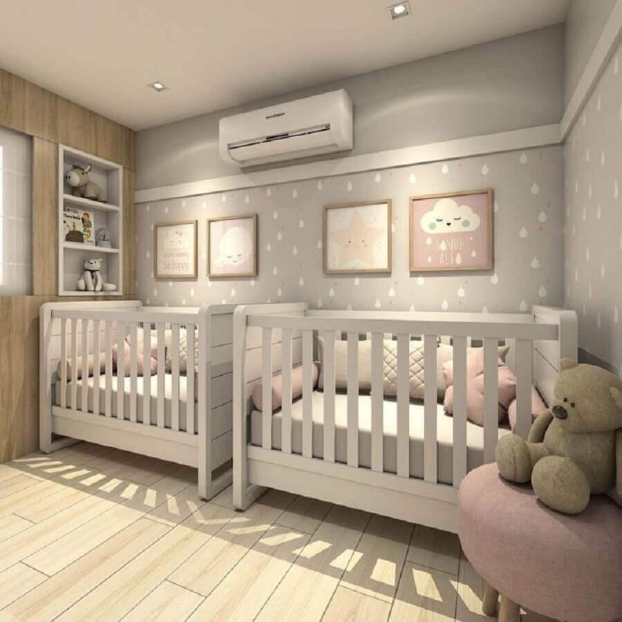 decoração delicada para quarto de bebê gêmeos cinza e rosa com papel de parede de gotinhas e quadrinhos decorativos Foto Claudiny Cavalcanti Arquitetura e Interiores