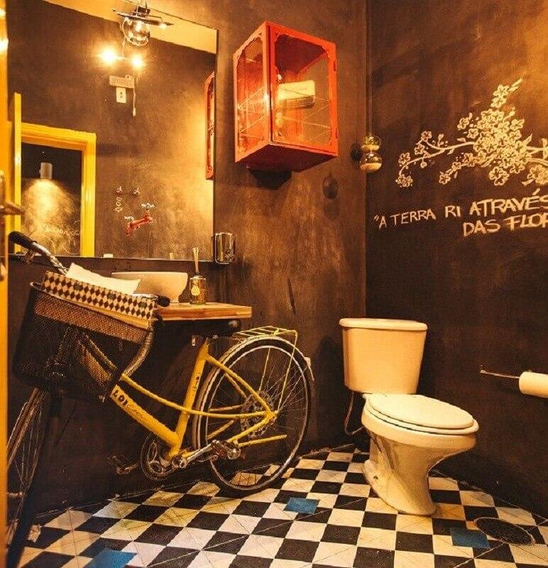 decoração diferente para banheiro masculino com detalhes rústicos e bicicleta no lugar do gabinete Foto Pinterest