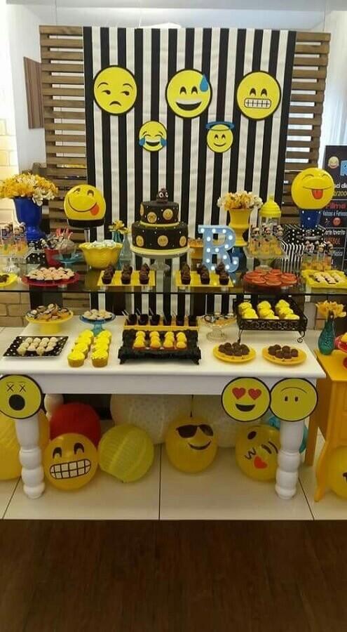 decoração diferente para festa de aniversário com vários emoji Foto Pinterest