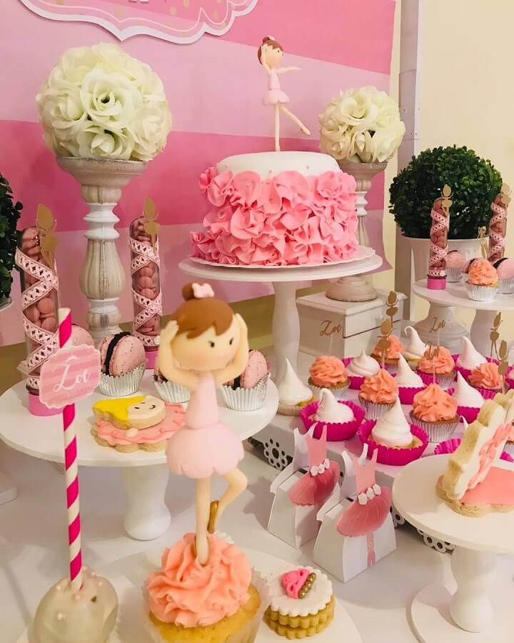 decoração divertida para festa de bailarina com arranjo de flores brancas e boneca Foto MP Celebraciones