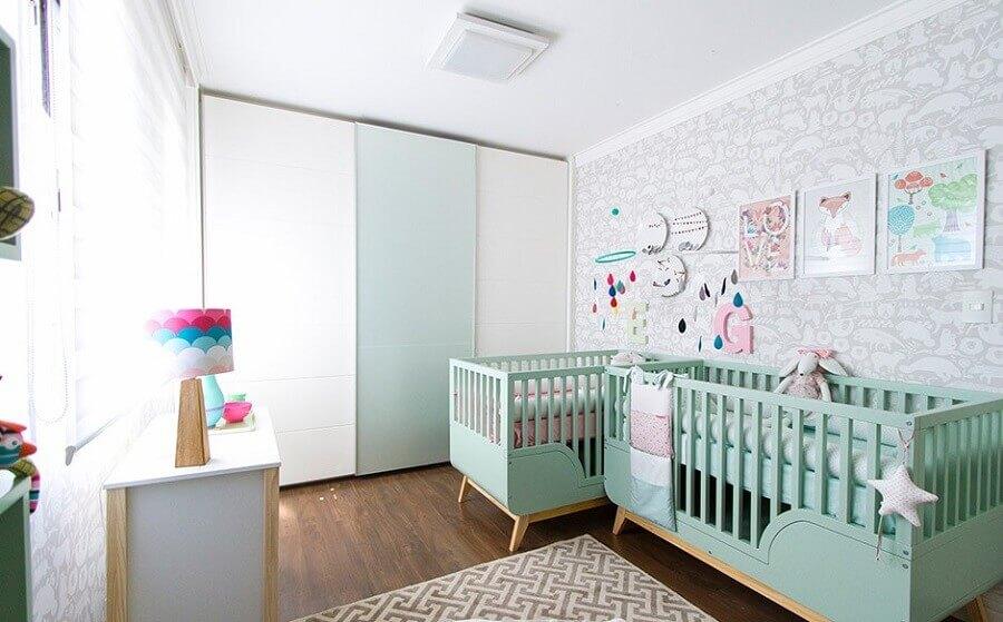 decoração divertida para quarto de bebê gêmeos com berços verde água e papel de parede cinza Foto Transforme sua Casa
