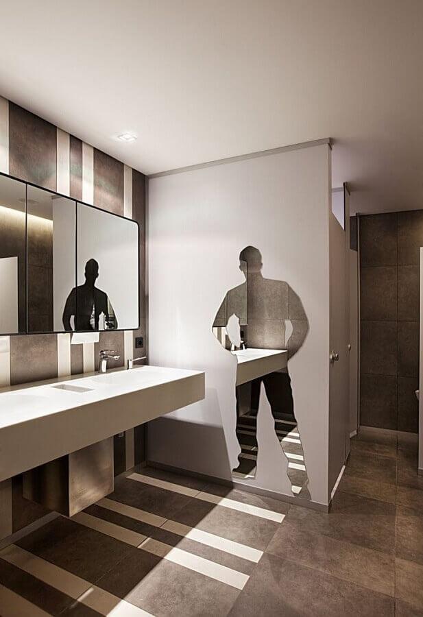decoração em tons neutros para banheiro masculino com adesivo com silhueta de homem Foto Office Snapshots