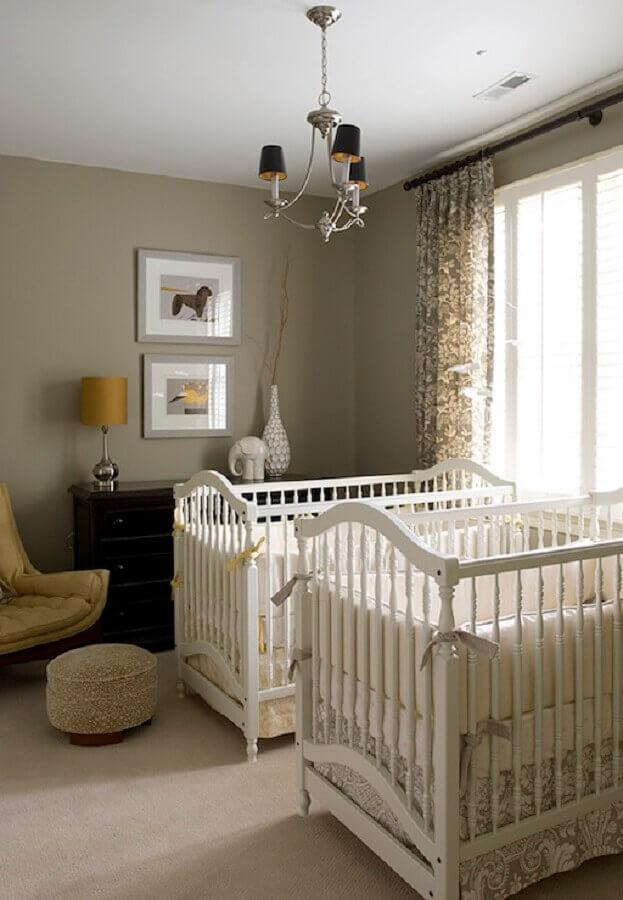 decoração em tons neutros para quarto de gêmeos com poltrona amarela Foto DecorPad