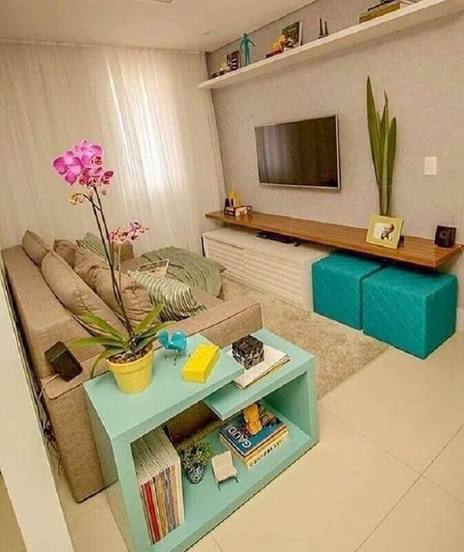 decoração em tons neutros para sala com puff verde água Foto Pinterest