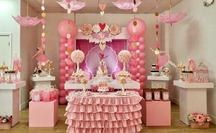 decoração festa bailarina com balões e babados ao redor da mesa Foto Pinterest
