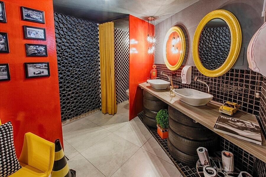 decoração industrial para banheiro masculino cinza com detalhes amarelos e vermelhos Foto Viviana Reis Design de Interiores