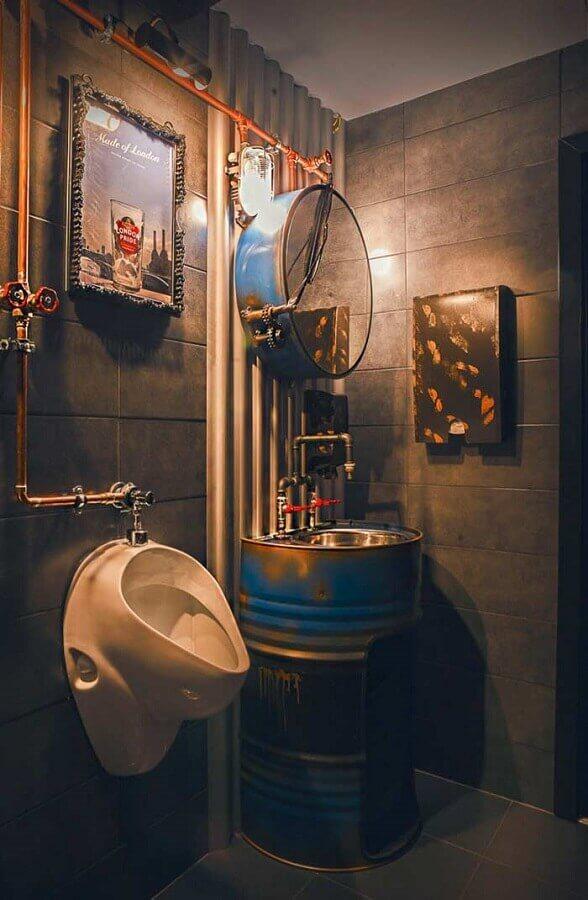 decoração industrial para banheiro masculino com tonel no lugar do gabinete Foto Neu dekoration stile