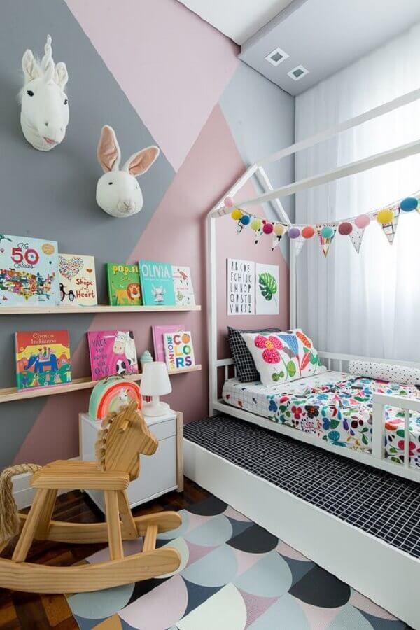 decoração infantil para quarto cinza e rosa com tapete estampado e prateleiras de madeira Foto Pinosy