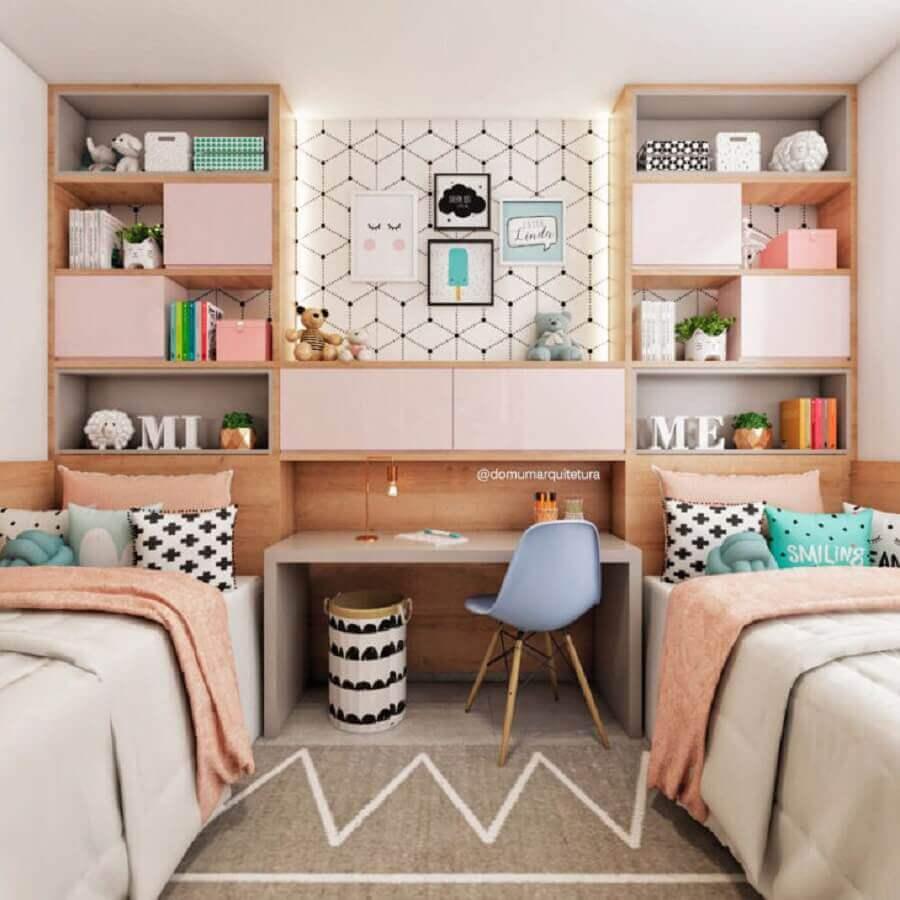 decoração jovem em tons pastéis para quarto de gêmeos com móveis planejados Foto Domum Arquitetura