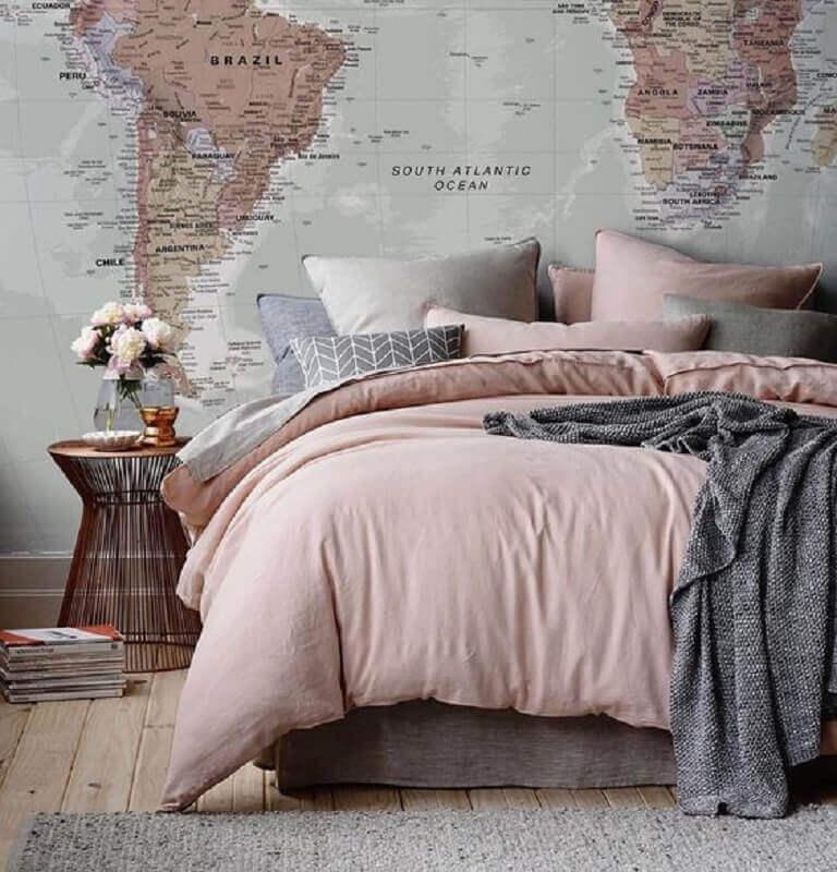 decoração jovem para quarto cinza e rosa com mapa na parede e criado mudo em rose gold Foto Ka Rigobeli
