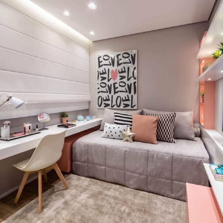 decoração jovem para quarto cinza e rosa com quadro grande e prateleiras com iluminação embutida Foto Claudia Albertini