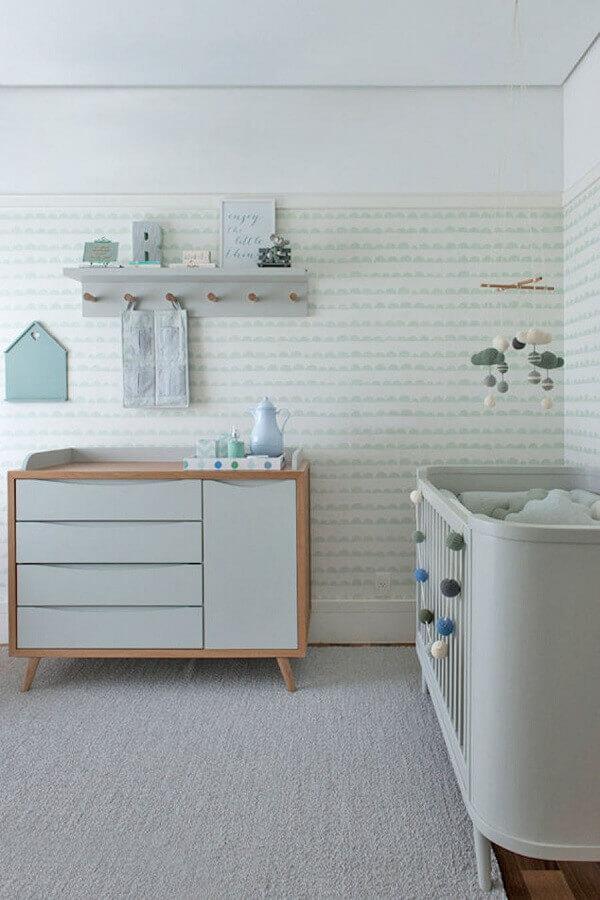 decoração moderna com prateleira com ganchos para quarto de bebê Foto Pinterest