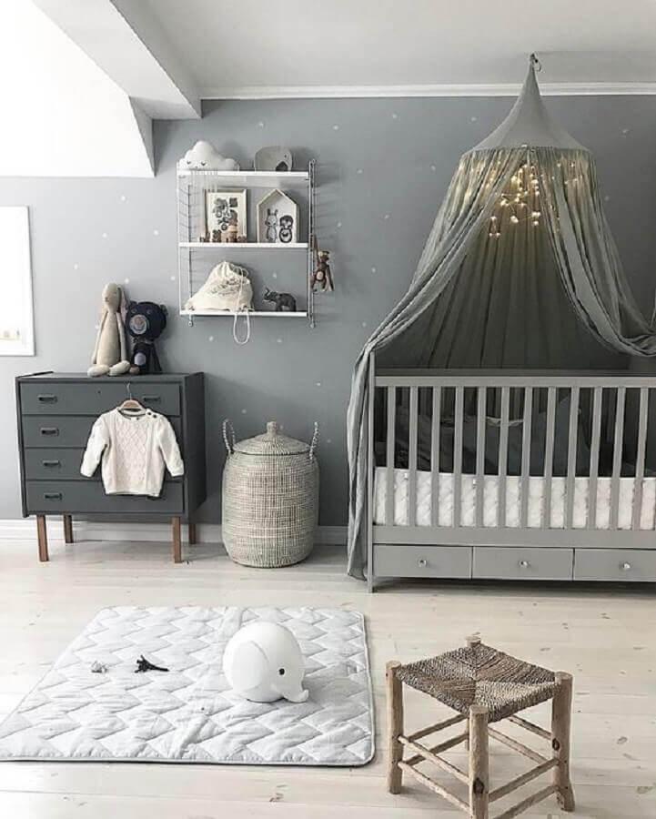 decoração moderna com prateleira para quarto de bebê todo cinza com dossel sobre o berço Foto Revista Viva Decora