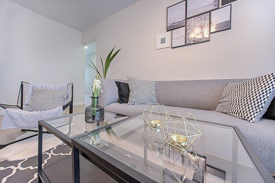 decoração moderna e clean para sala de estar cinza com mesa de vidro Foto Pexels