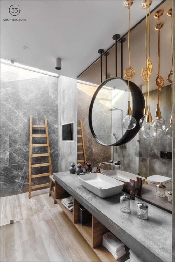 decoração moderna para banheiro masculino com bancada de cimento queimado e luminária pendente dourada Foto ArchiTecture