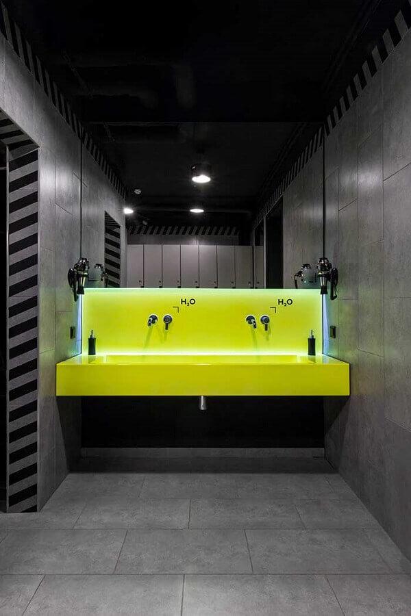 decoração moderna para banheiro masculino todo cinza com bancada verde limão Foto MONO Architects