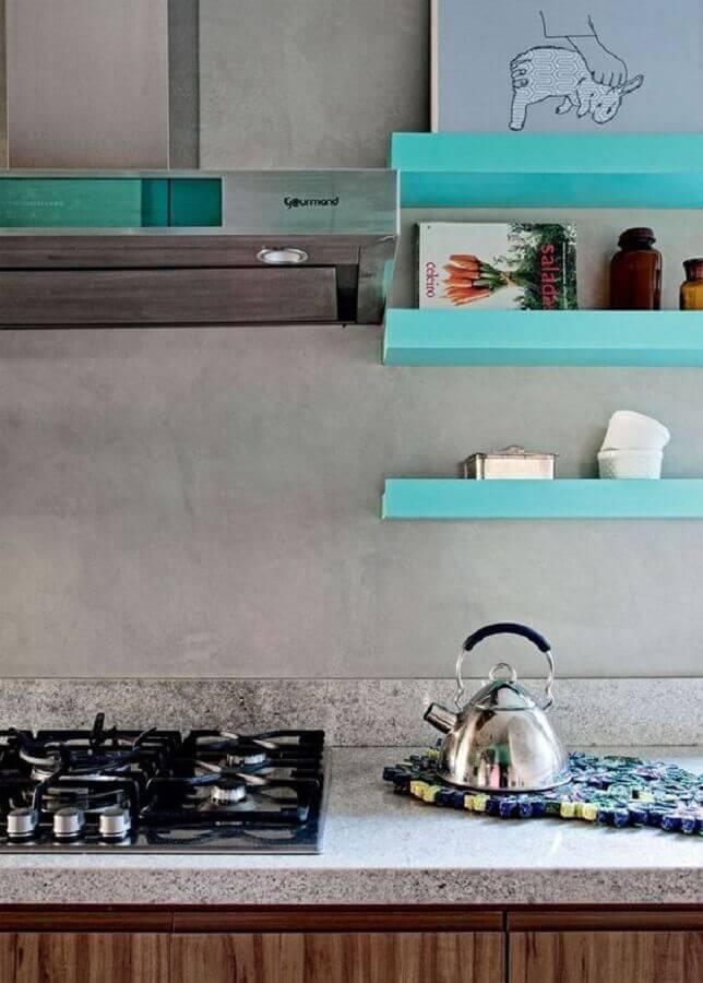 decoração moderna para cozinha com parede de cimento queimado e prateleiras verde água Foto Ka Rigobeli