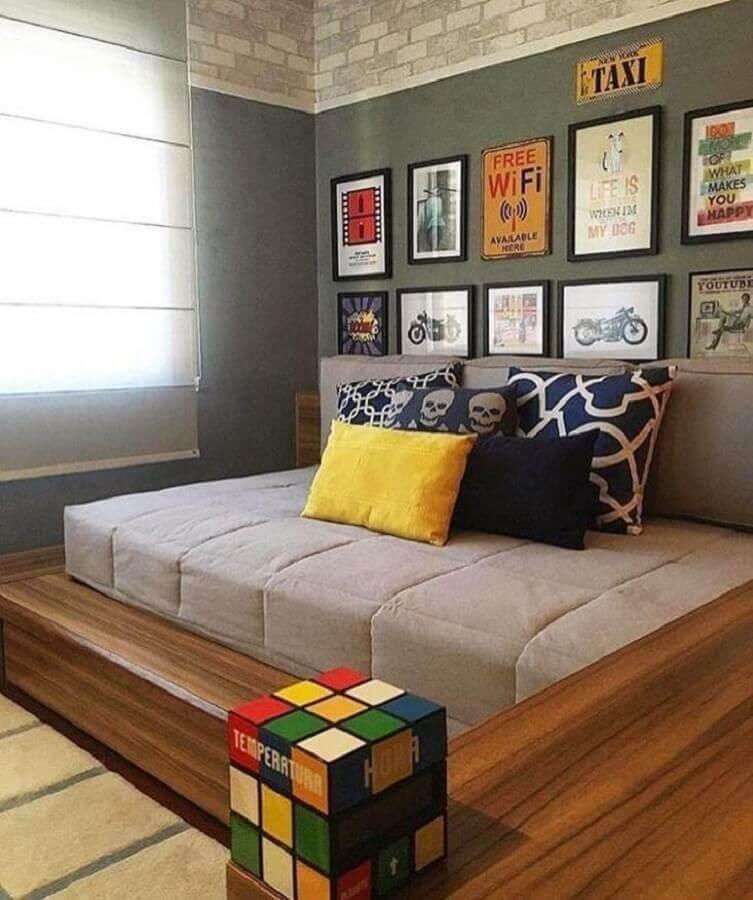 decoração moderna para quarto cinza com vários quadros e revestimento de madeira ] Foto Zozu
