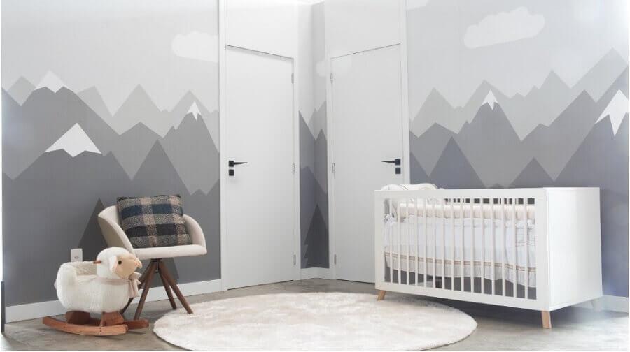 decoração moderna para quarto de bebê cinza com porta branca