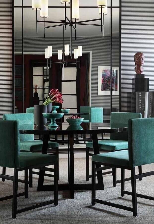 decoração moderna para sala de jantar com espelho grande e cadeiras na cor verde água Foto Pinterest