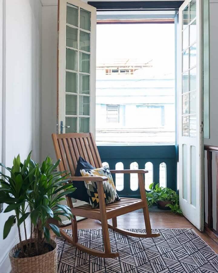 decoração neutra com cadeira de balanço de madeira Foto Matú Arquitetura