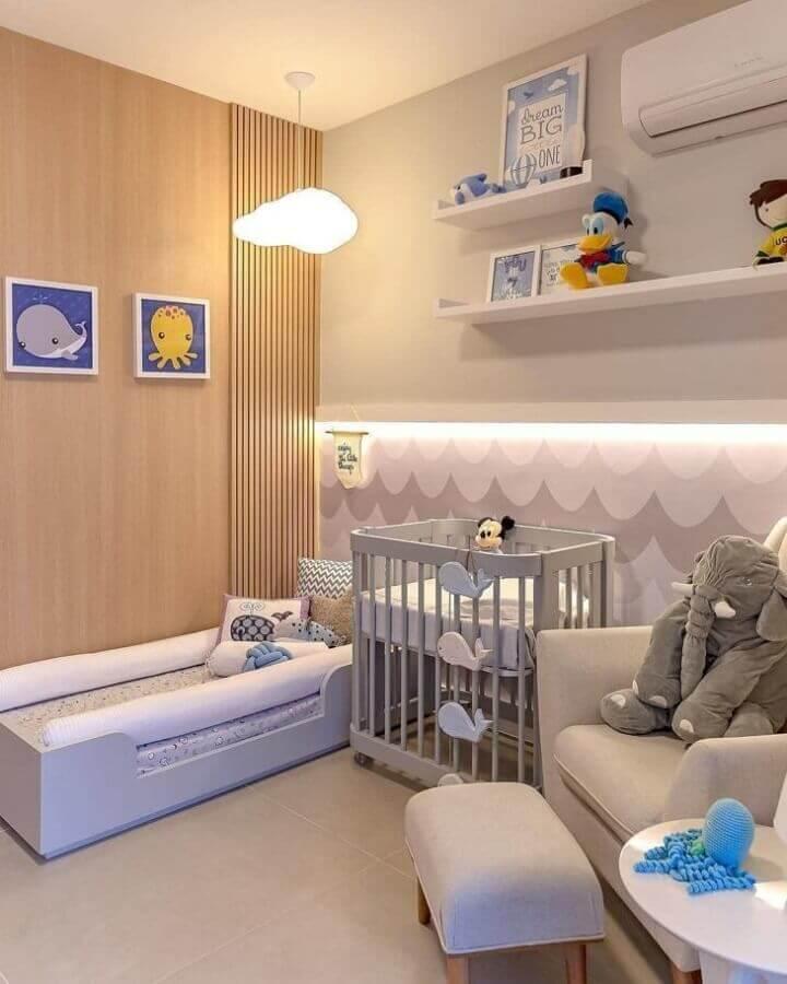 decoração neutra com prateleira para quarto de bebê Foto Wood Save