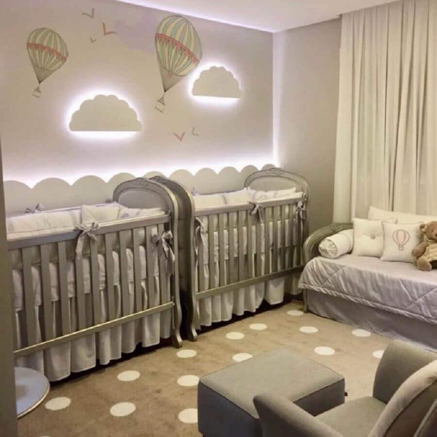 decoração neutra para quarto de gêmeos casal com luminária de nuvem e adesivo de balões Foto Maraú Design