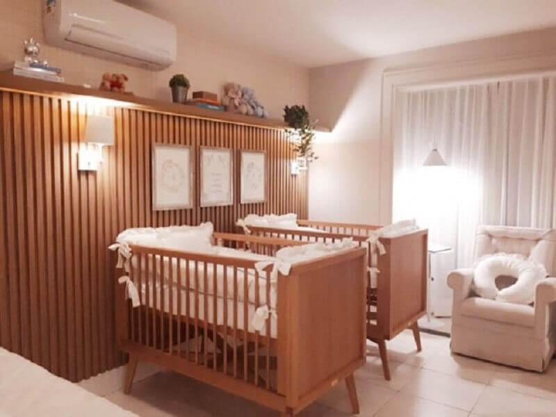 decoração neutra para quarto de gêmeos com berço de madeira Foto Pinosy