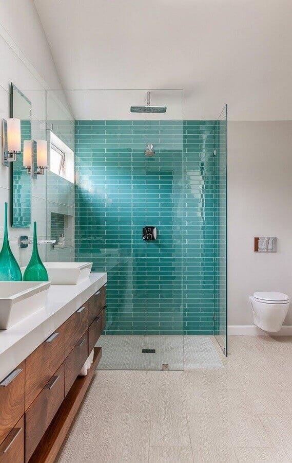 decoração para banheiro com parede verde água e armário de madeira Foto The Cavender Diary