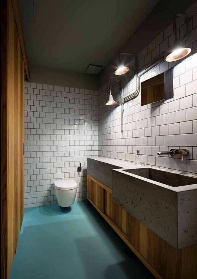 decoração para banheiro com piso verde água e bancada de cimento Foto Mauricio Gebara Arquitetura