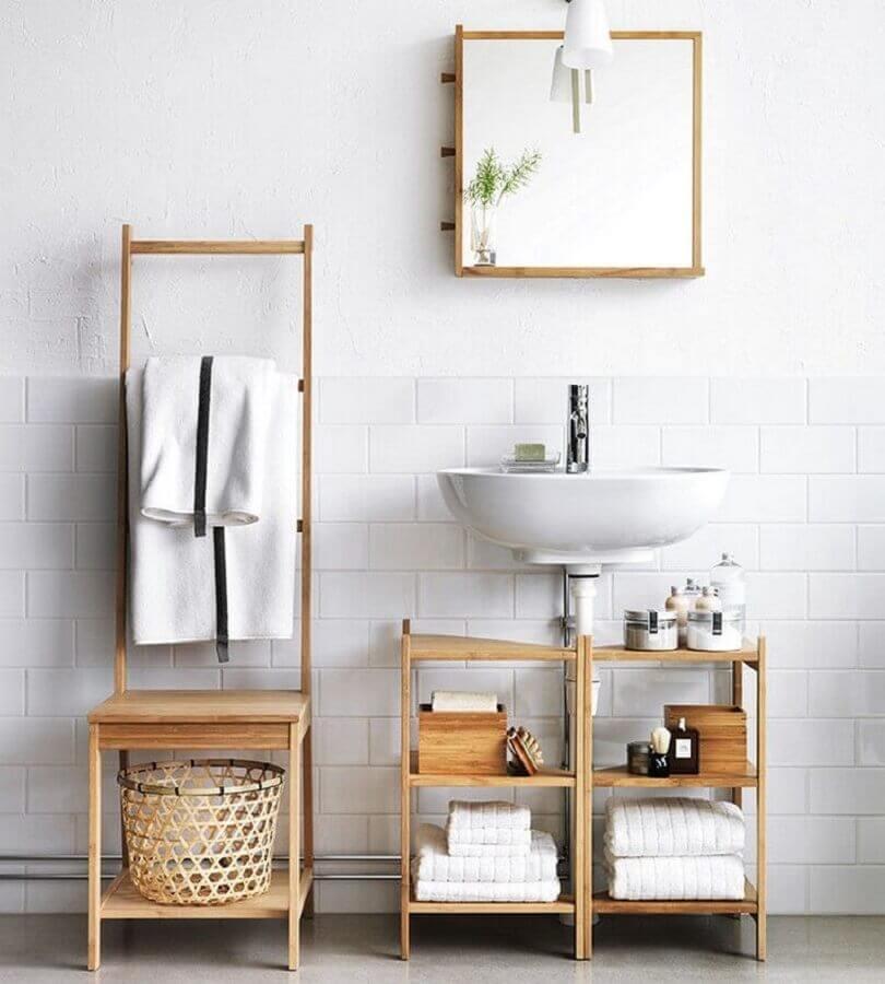 decoração para banheiro feminino e masculino todo branco com móveis de madeira Foto Pinterest